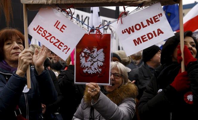 Protestující ve Varšavě