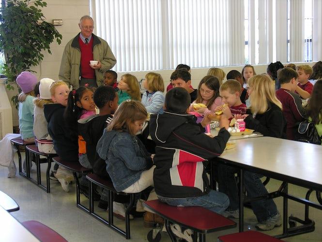 Las nuevas normativas escolares amenzan con no permitir que los niños puedan comer en el comedor, si sus padres no han podido pagar varias facturas.  (Imagen Judy Baxter)