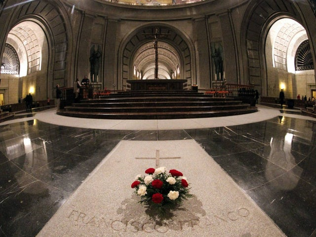 Quito flores de la tumba de franco y le echaron los ultras nos acosan en el valle.jpg?ixlib=rails 0.3