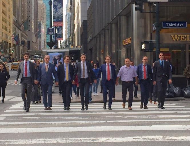 Członkowie Stałego Przedstawicielstwa Królestwa Niderlandów przy Narodach Zjednoczonych trzymają się za ręce w Nowym Jorku. (Photo: Lise Gregoire / Twitter)