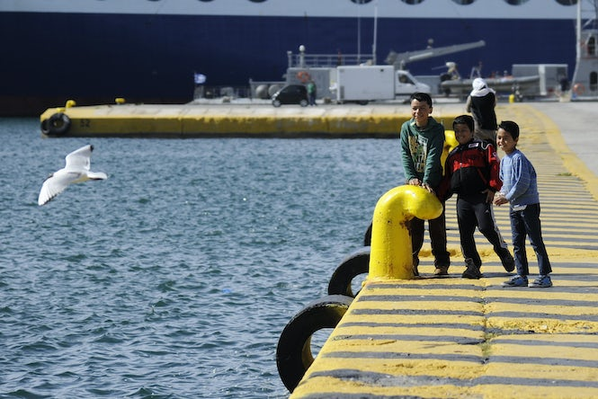 Ready to take flight? Children play close to a shelter for refugees and migrants at the port of Piraeus, near Athens, Greece.  (Image:  REUTERS/Michalis Karagiannis)