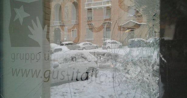 La finestra principale della sede GUS in seguito all'aggressione. (Foto: GUS)