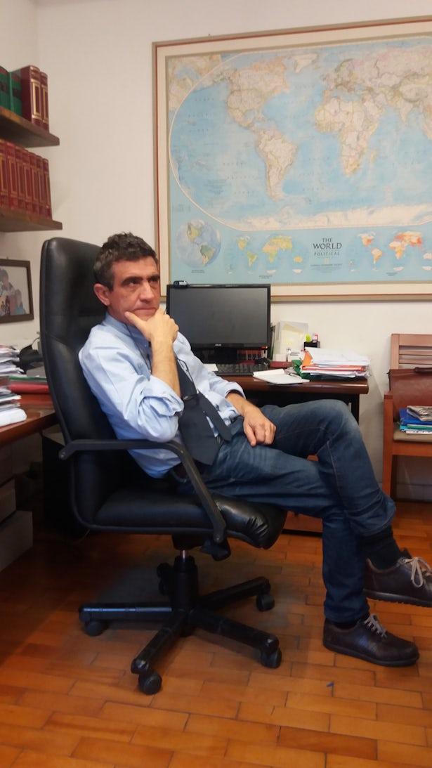 Arturo Salerni, noto avvocato italiano, rappresenta una coppia di siriani che nel naufragio ha perso le quattro figlie.