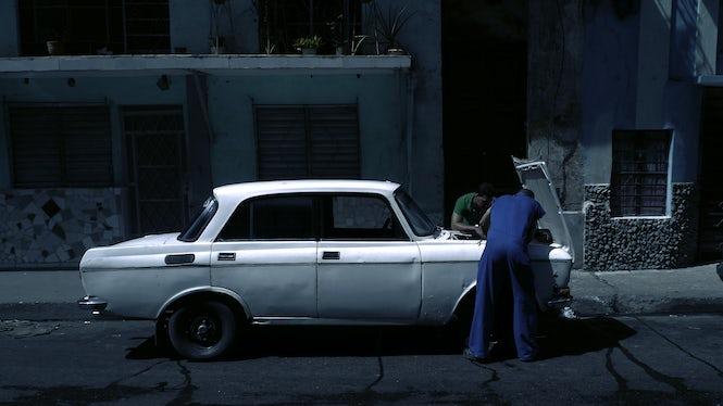 Cuba-car-serviceman