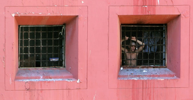 Un deținut la fereastra închisorii Regina Coeli din Roma. Aproximativ 25% dintre deținuții italieni suferă de hepatita C. (REUTERS / Dario Pignatelli)