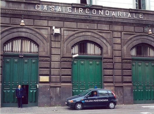 """Neapolyje esančio Poggioreale kalėjimo fasadas. Viduj rasite """"Kamerą Nr. 0"""" - neoficialų kankinimų kambarį."""