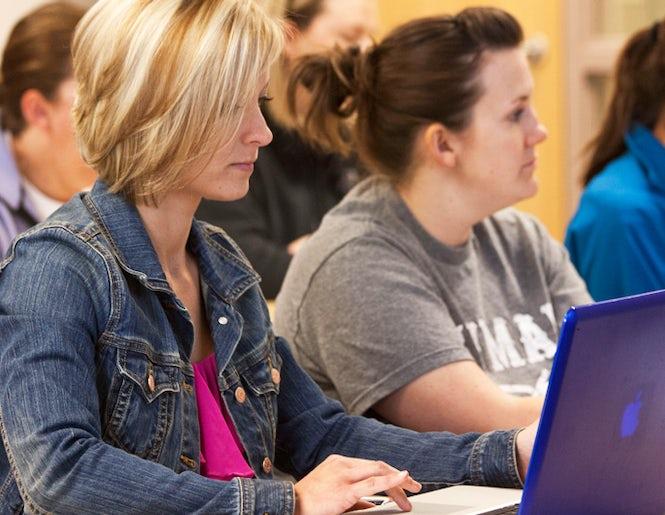 La tasa de estudiantes que son madres y dejan los estudios es enorme, en gran parte por la falta de apoyo.  (Imagen: Newman University - Flickr/CC content